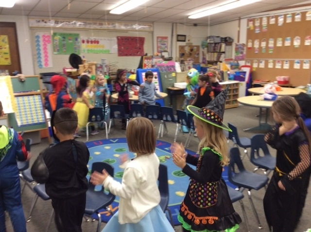 Halloween fun in Mrs. Hummel's kindergarten class! 🎃 #WalworthJ1