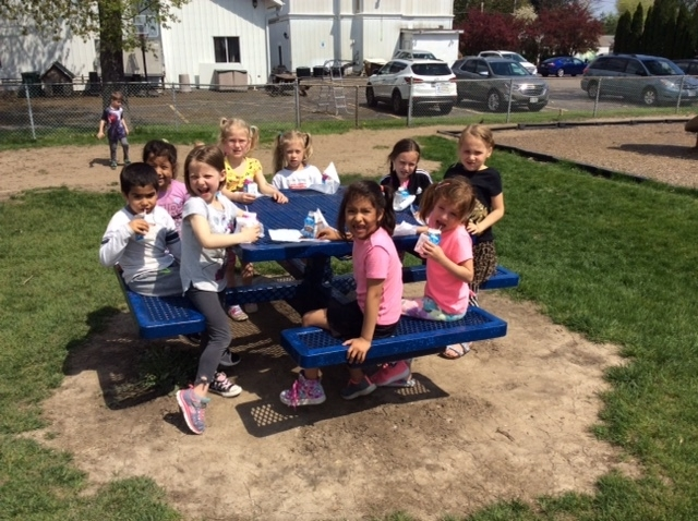 Mrs. Hummel's kindergarten class enjoyed a fun teddy bear picnic for snack on this gorgeous spring day!